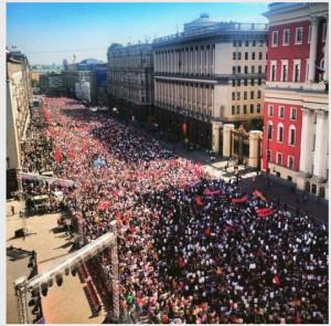 2015-05-10_111521-люди вышли на улицу-9мая2015